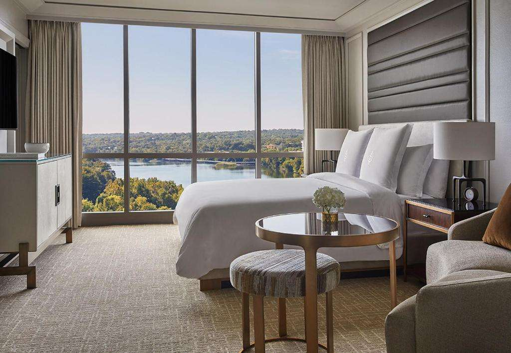 Four Seasons Hotel Austin room with view of Lake